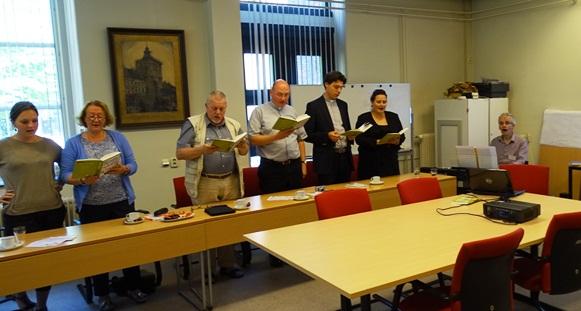 Samen zingen tijdens de presentatie van Kom en zing o.l.v. Bert Stolwijk (rechts)
